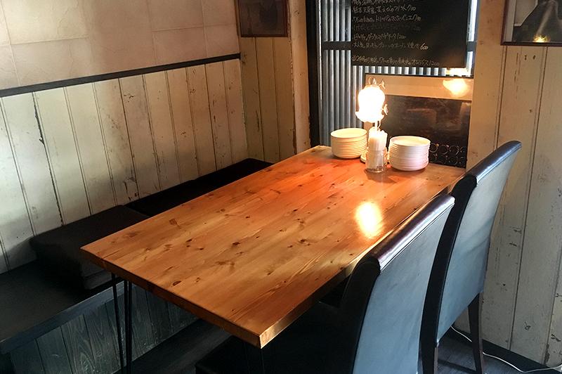 アテテリアピノのテーブル席