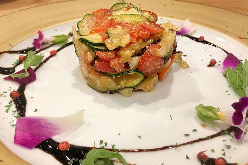 泉州水茄子とズッキーニのセルクルサラダ パルミジャーノとシシリアの塩