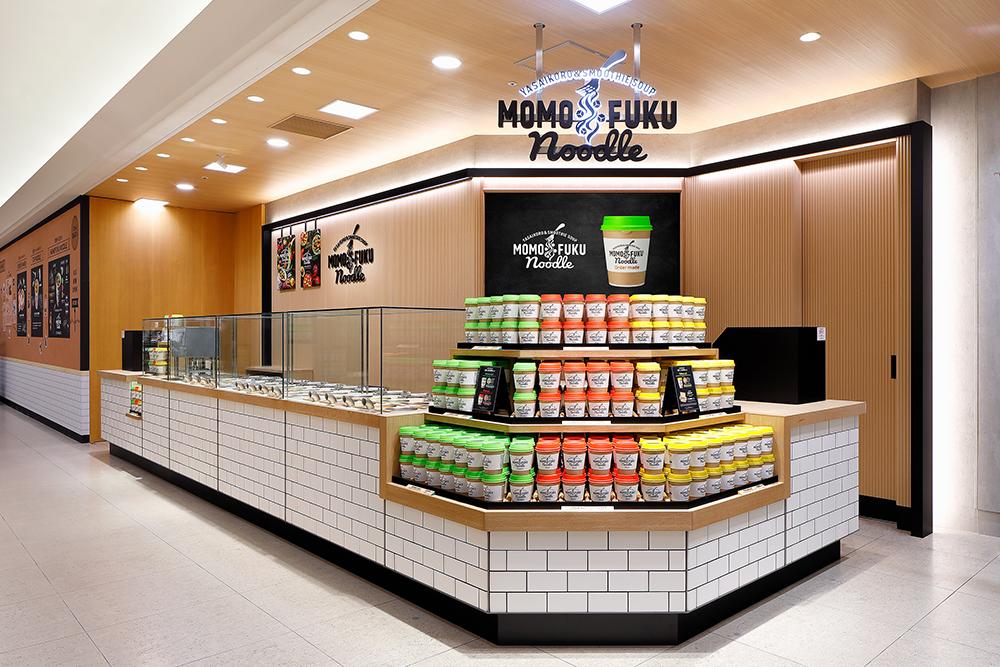 手土産やギフトにも。『阪急うめだ本店』の『MOMOFUKU NOODLE(モモフクヌードル)』で「カップヌードル」をオーダーメイド!