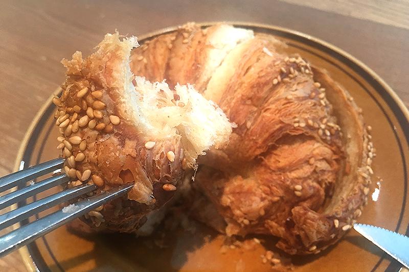 ゴマ風味のプレッツェルクロワッサン