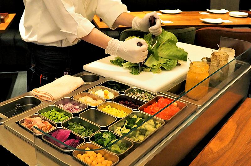 中之島『FIFTH SEASON』でチョップドサラダのパフォーマンスに心躍る! 近郊農家からの直送野菜を自由なスタイルで楽しもう
