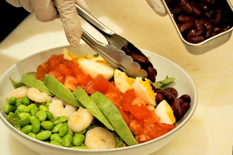 色合い鮮やかなコブサラダ