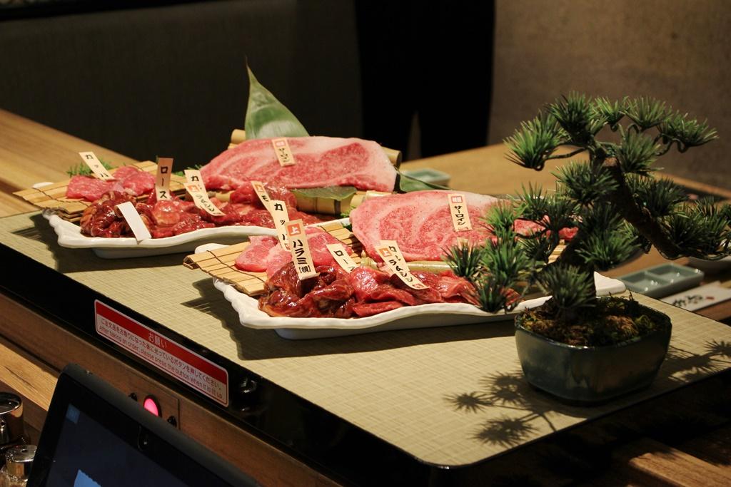 「日本庭園」が肉を運ぶ!? 心斎橋『一頭買い焼肉 道頓堀みつる 心斎橋店』で一風変わった焼肉を楽しむ