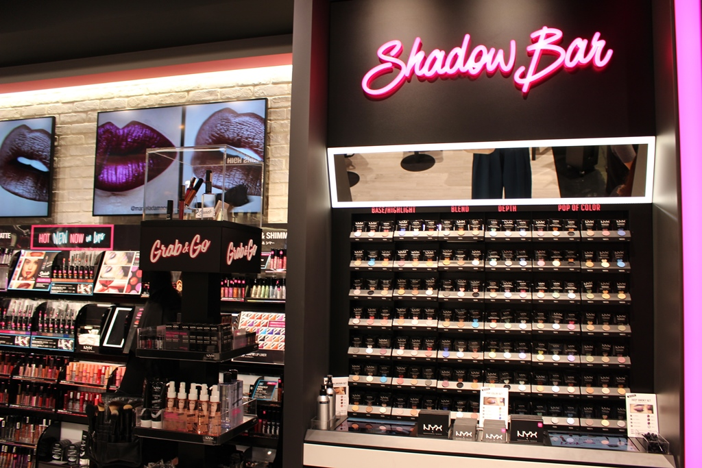 ▲アイシャドウを陳列する「Shadow Bar」