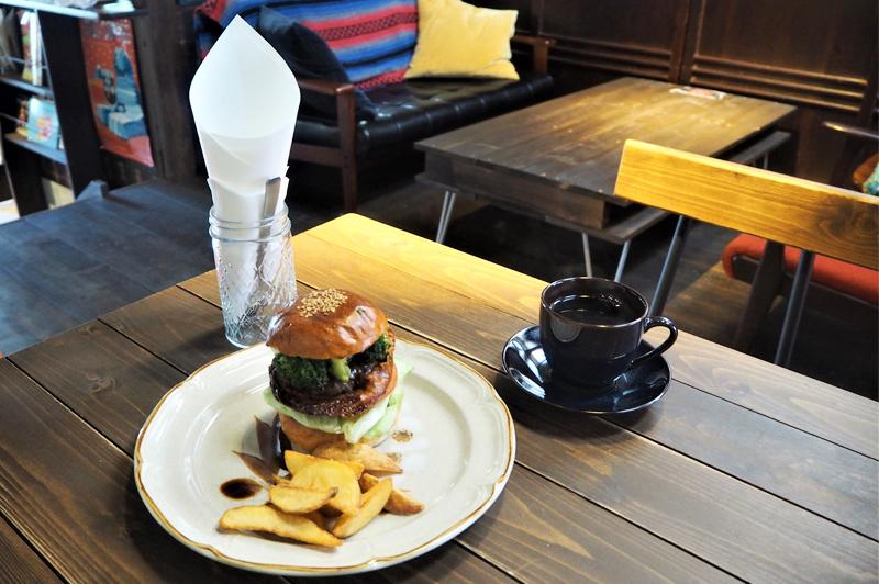 古民家カフェだるま珈琲のハンバーガーとコーヒー