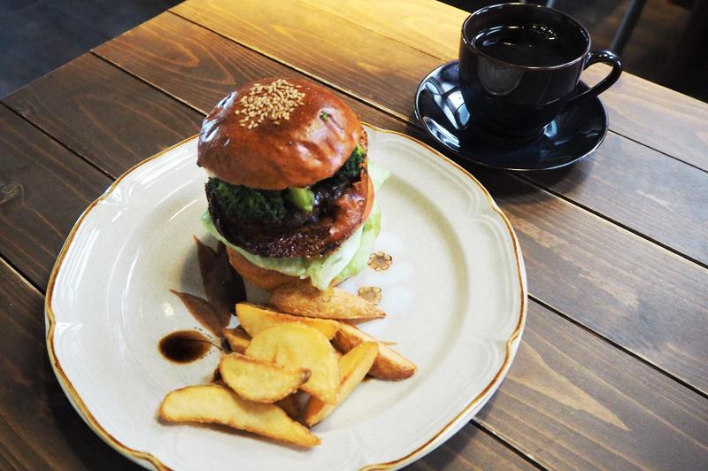 大阪・平野の古民家カフェ『だるま珈琲』で、安定の本格コーヒーと個性派ハンバーガーでお腹いっぱい満たされる