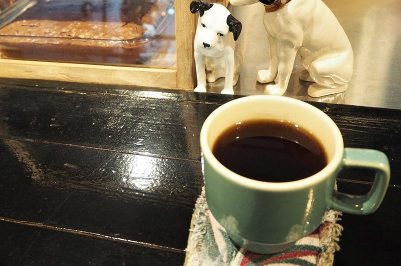 HAIKUのコーヒーと犬の置物