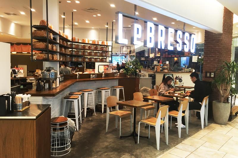 LeBRESSOグランフロント大阪店の自家製食パンが並ぶ店内