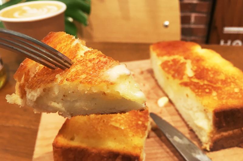 厚切りバタートーストの断面からバターが染み込む