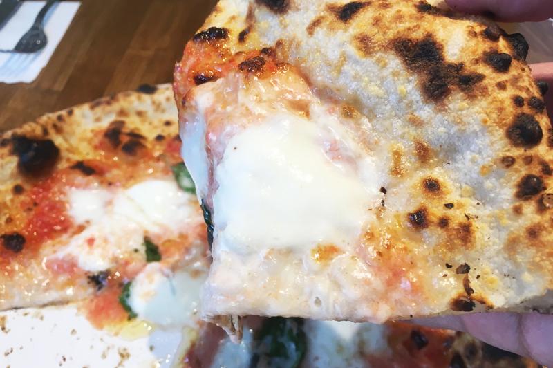 人気ピザメニューのマルゲリータ