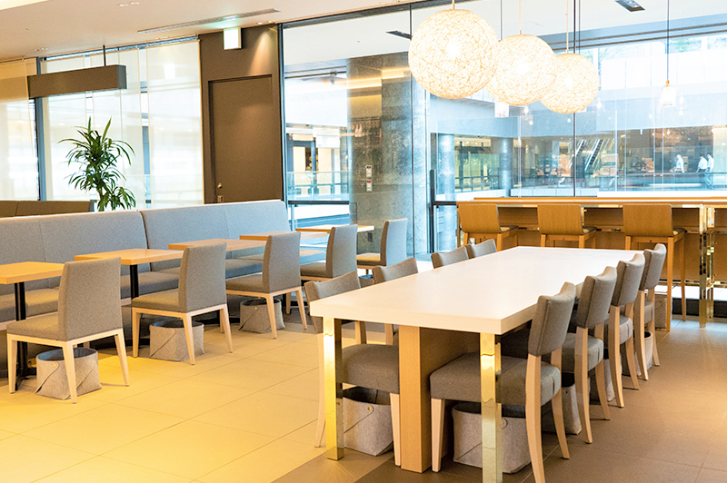 広々とした大テーブルやカウンター