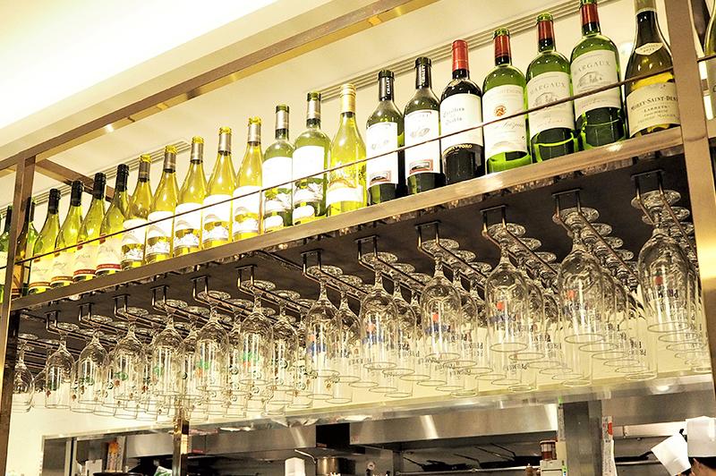 ワイングラスとボトルが飾られたキッチン