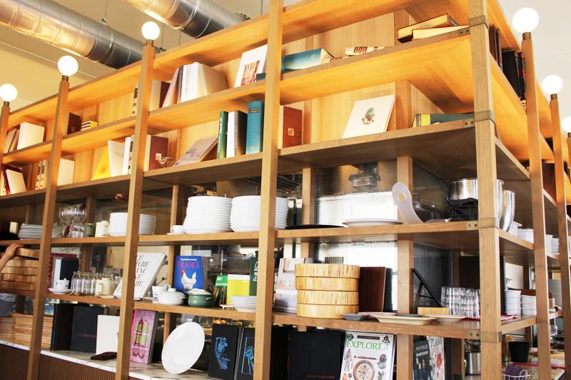 スモーブローキッチン中之島店内のインテリア棚