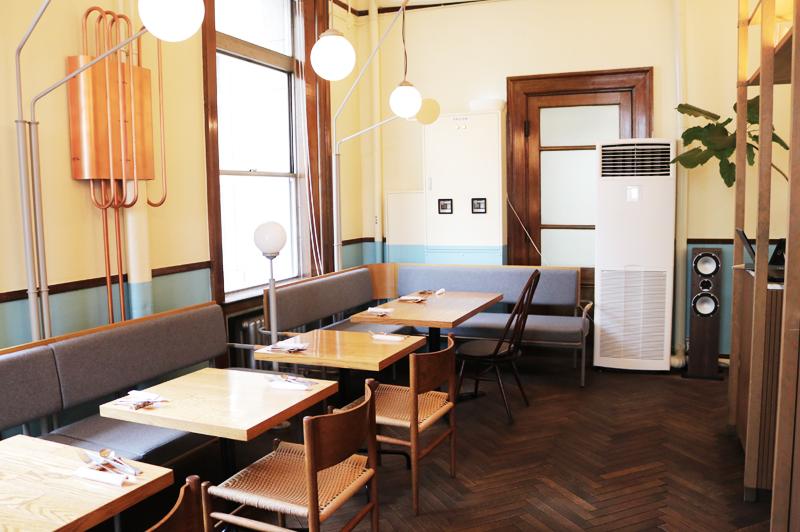 スモーブローキッチン中之島店内のテーブル席