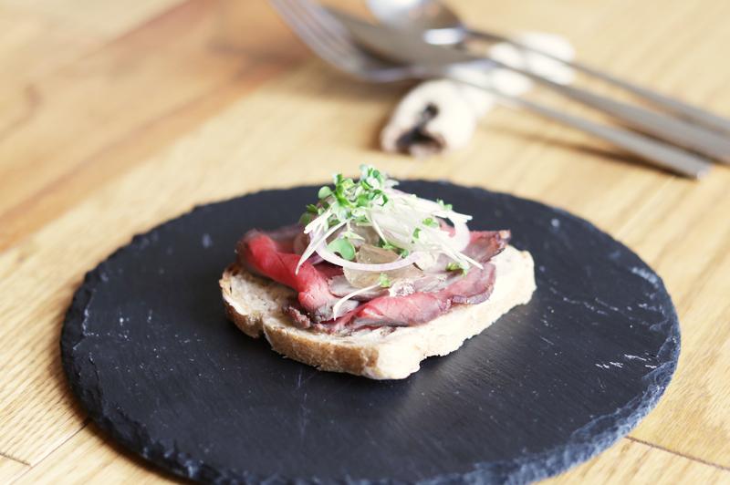 牛肉のハム・レバーペースト・コンソメのジュレ・玉ねぎ・スプラウト のスタータースモーブロー