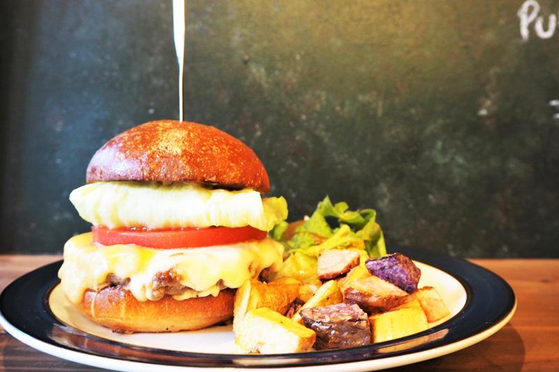 大阪・中崎町のアメリカン空間、『DEXTER DINER』はオーナーの好きが詰まった自家製バーガー…