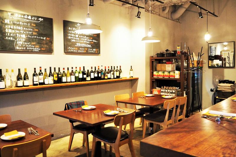 食堂Tavolinoのテーブル席とイタリア産ワインの数々
