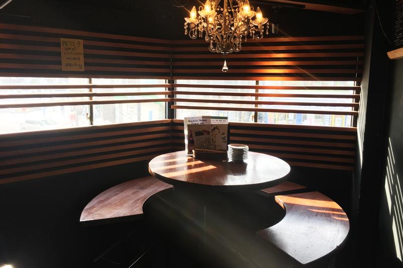 シャンデリアのある6人掛けの丸テーブル席