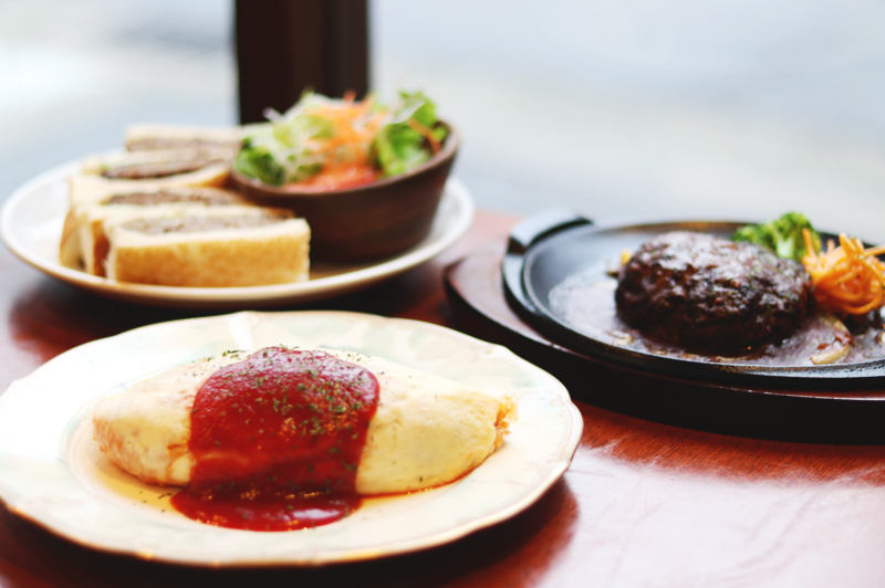 カフェ レスト フジワラの白いオムライスとハンバーグとハンバーグサンド