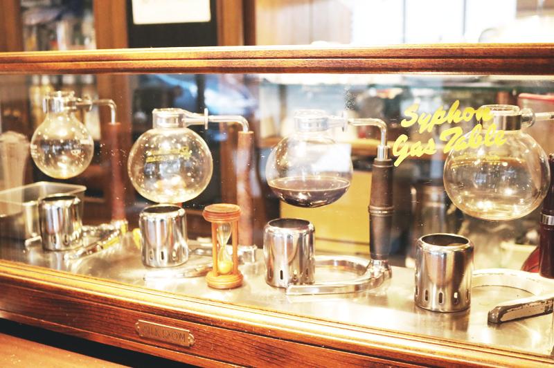 カウンター上にあるコーヒーサイフォン