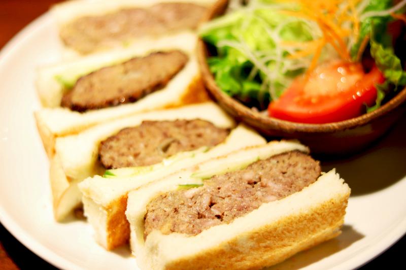 ハンバーグをトーストで挟んだハンバーグサンド