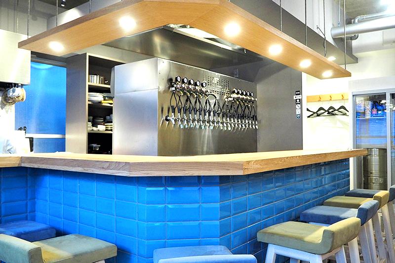 青いタイルのカウンター席とキッチン