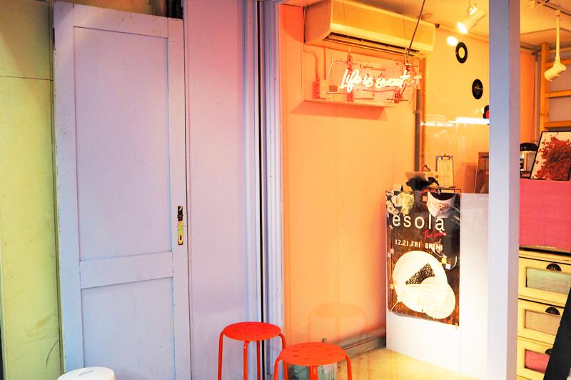 エソラザカラーズ外観のピンクのドア