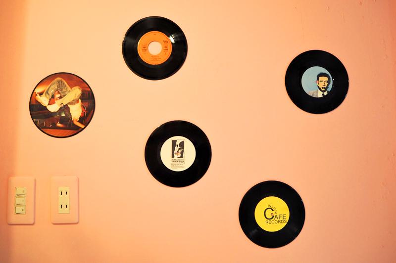 ランダムに飾られたレコード