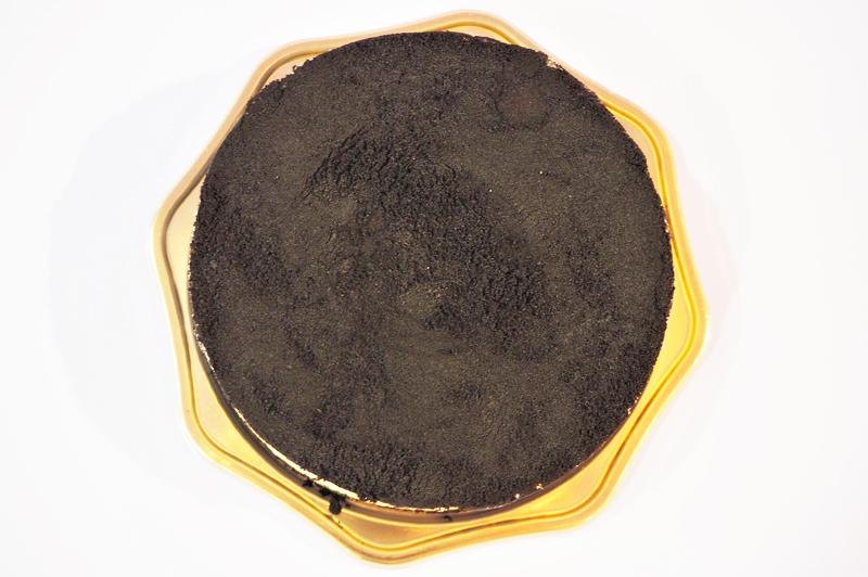 黒いチーズケーキの正面