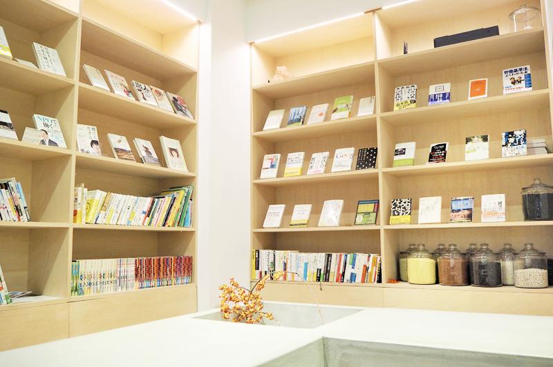 NPO団体ハローライフが選りすぐった本が並べてある本棚