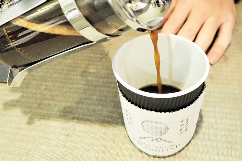 フレンチプレスでコーヒーを抽出している様子
