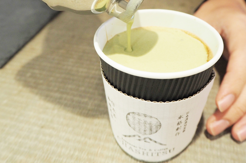 コーヒーが抹茶クリームに覆われている様子