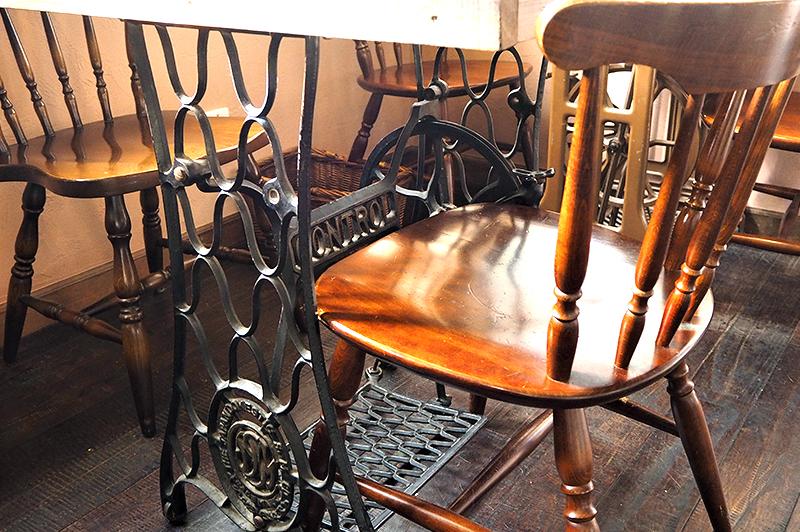 アンティークミシンの脚が付いたテーブル席