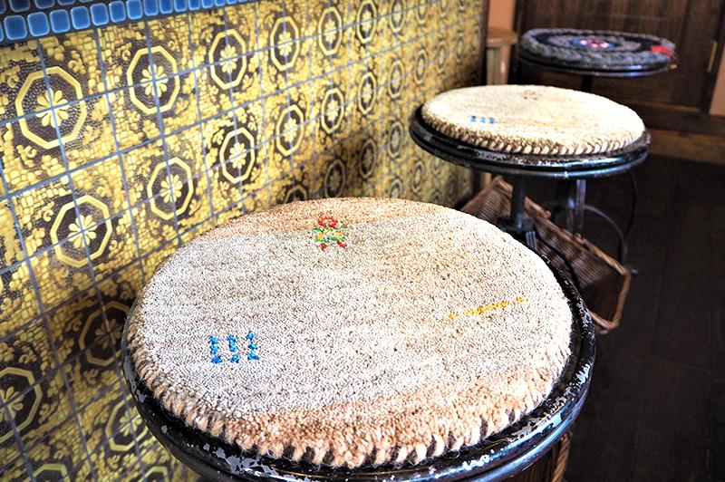 椅子と手作りタイル