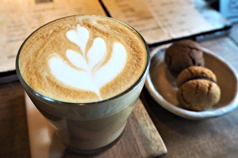 大阪・北浜の『escapé LODGE and ESPRESSO』は現実逃避、深夜のコーヒー一杯も叶う大人のサードプレイス