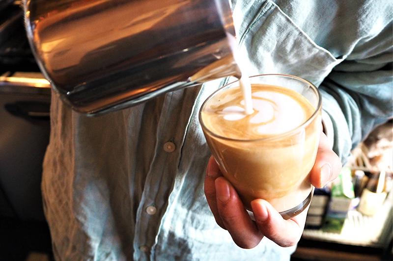 コーヒーにミルクを注いでいる様子