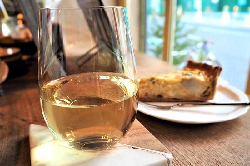 グラスの白ワインと週替わりのキッシュ