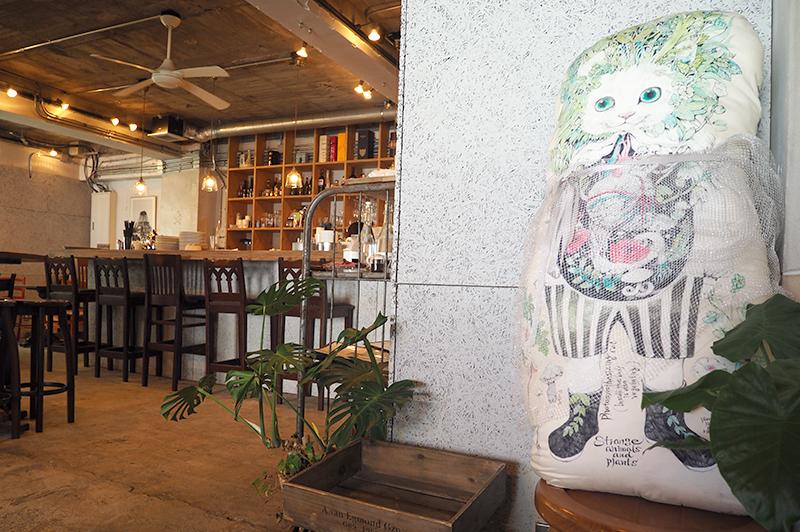 1930カフェの店内とヒグチユウコさんの猫クッション