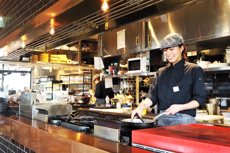 パスタ料理などを担当するスタッフ