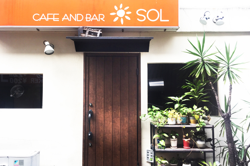 cafe and bar SOLの玄関