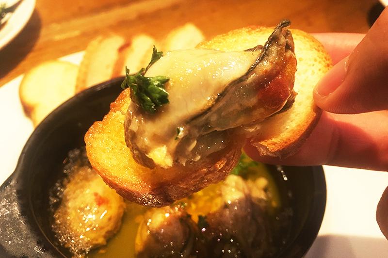 牡蠣のアヒージョのラスクと牡蠣