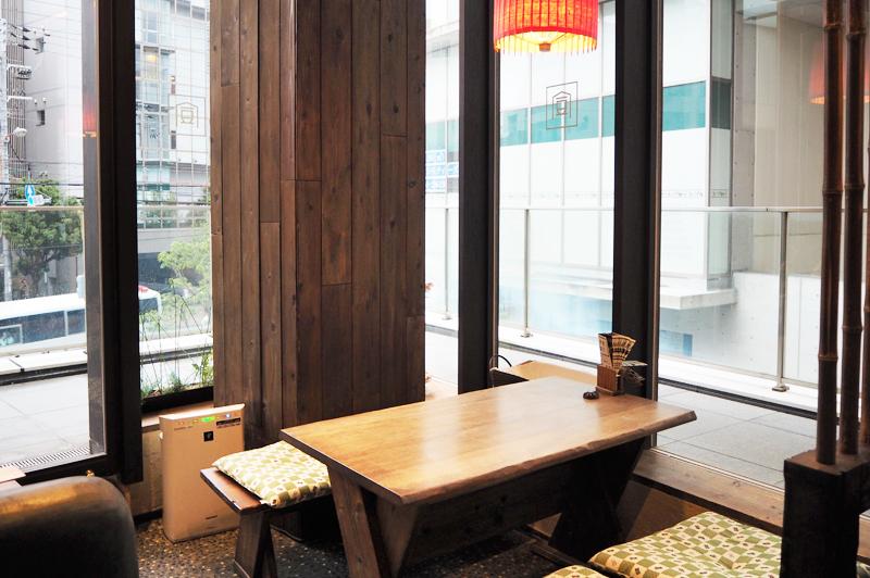 開放感溢れる角のテーブル席