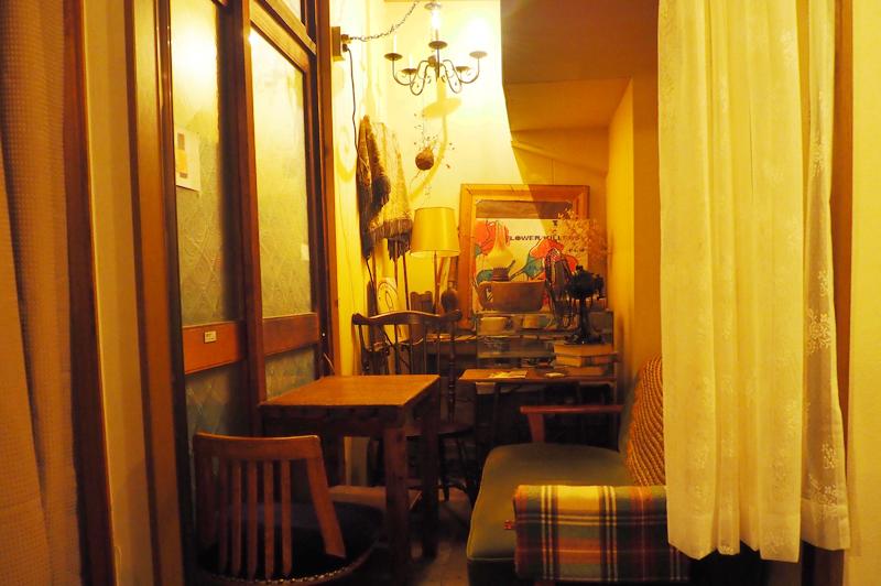 KAYA cafeのテーブル席、ソファ