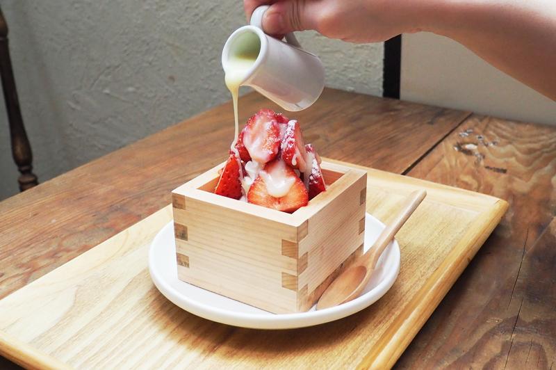 大阪・中崎町に建つ築90年の長屋の一角を改装したという『KAYA cafe』で、フォトジェニックな…