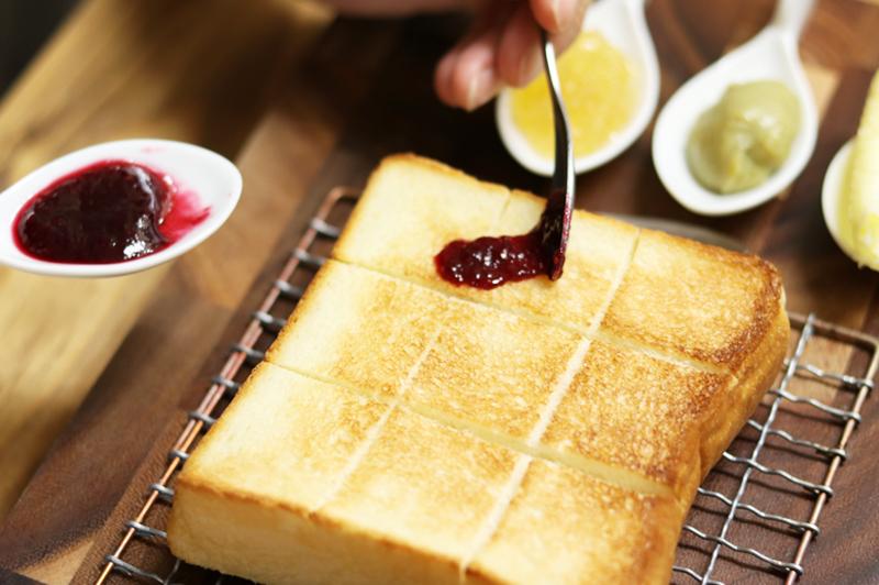 極美食パンにルビーローズフランボワーズをトッピング