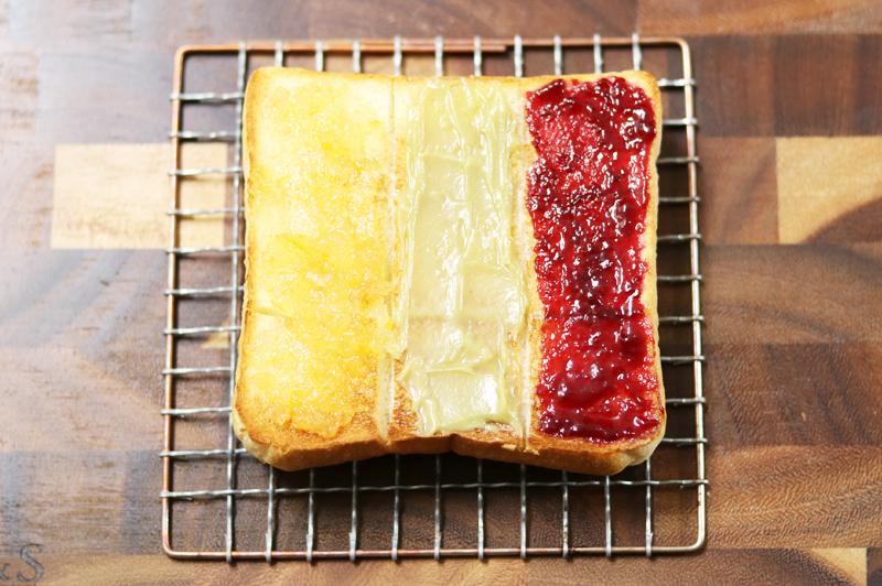 フルーツジャム3種を塗った極美食パン