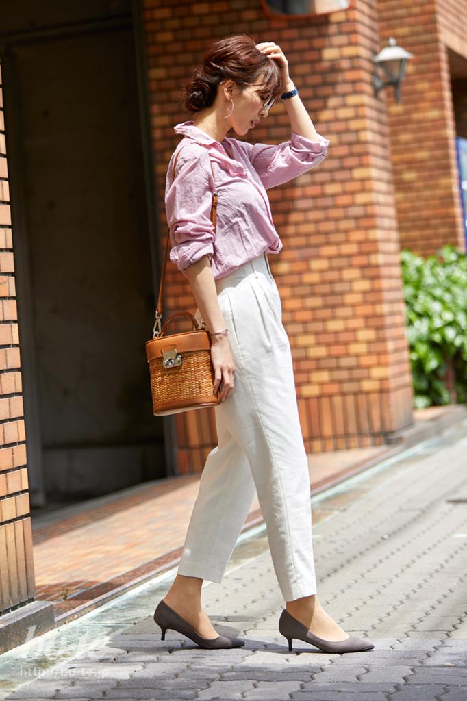 ピンクシャツとホワイトパンツの春カラーコーデ