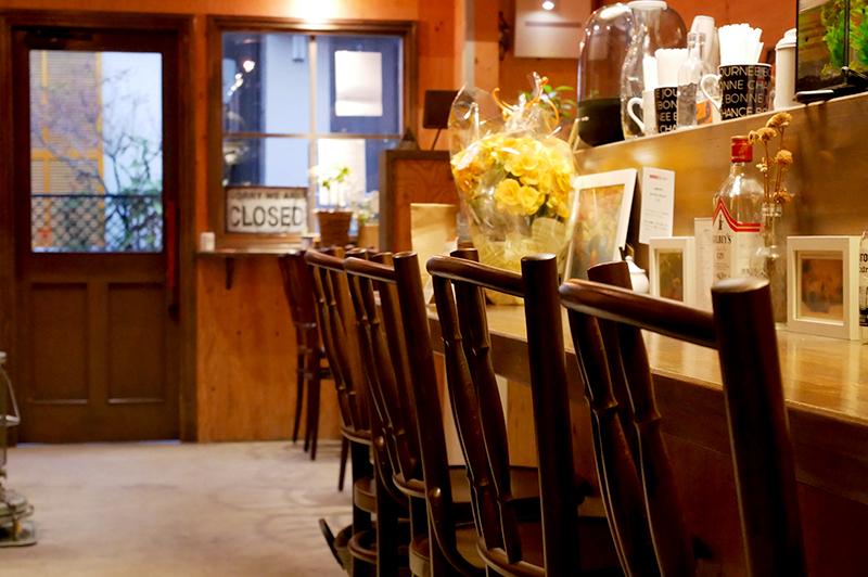 ドアとカウンターの椅子