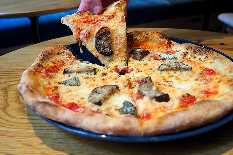ナスとトマトのピザ