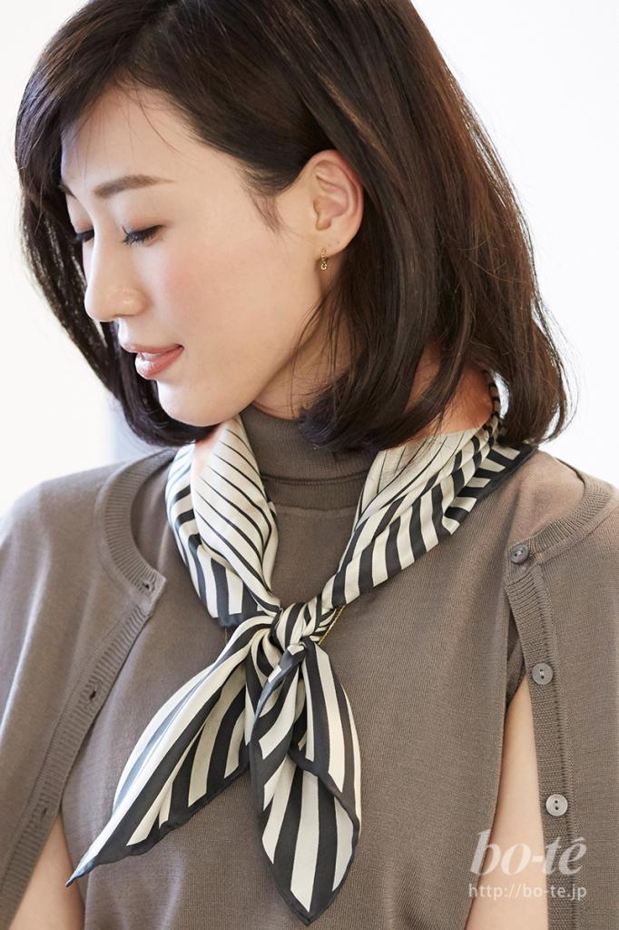 優しい色のアクセントとしてスカーフをプラスしたコーディネート